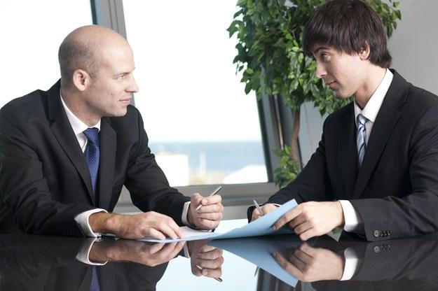 Inspektorzy będą sprawdzać umowy o pracę /123RF/PICSEL