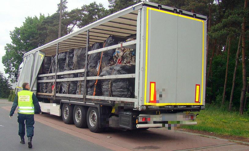 Inspektorzy ITD zatrzymali tira, który nielegalnie przywiózł do Polski odpady komunalne /ITD