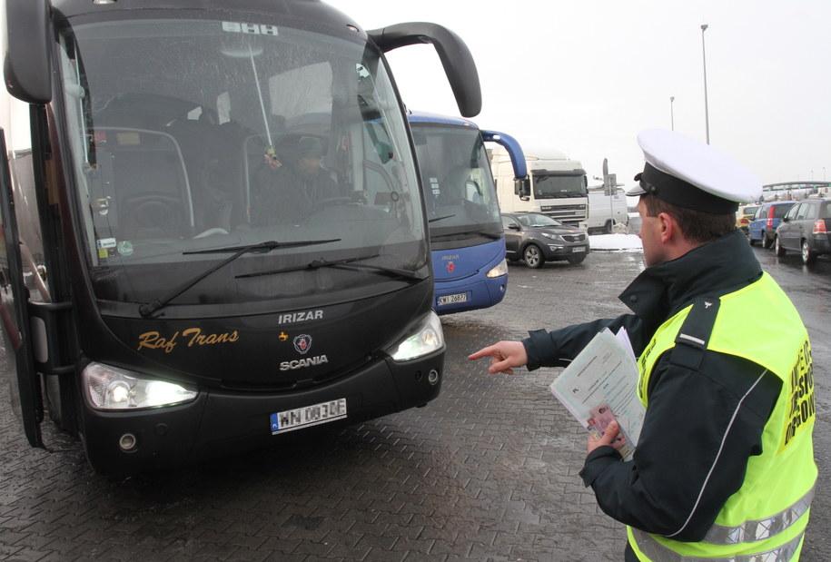 Inspektorzy kontrolują na autostradzie A-4 autokary przewożące dzieci na zimowiska /Jacek Bednarczyk /PAP
