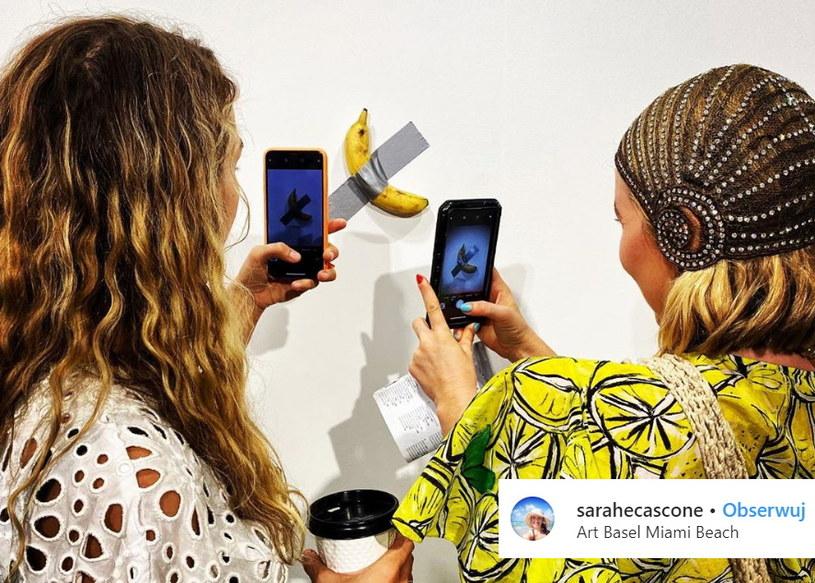 Instalacja Maurizio Cattelana składająca się z banana i kawałka szarej taśmy. /Instagram /