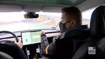 Instruktor jazdy pokazuje jak bezpiecznie jeździć samochodem w trudnych zimowych warunkach