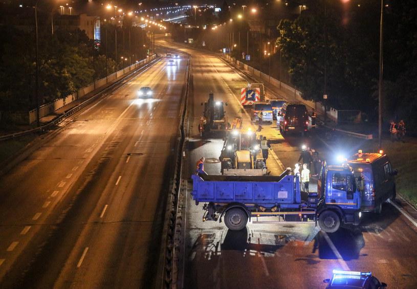 Intensywna nawałnica, która przeszła nad Warszawą uszkodziła jezdnie Trasy Łazienkowskiej / Jakub Kamiński    /East News
