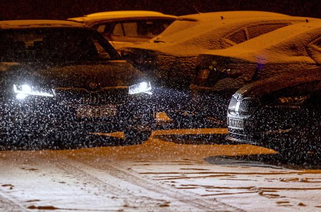 Intensywne opady śniegu w Jastrzębiu-Zdroju / Andrzej Grygiel    /PAP