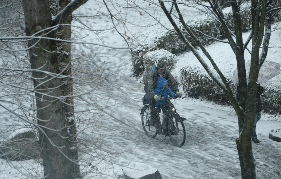Intensywne opady śniegu w Polsce /Jacek Turczyk /PAP