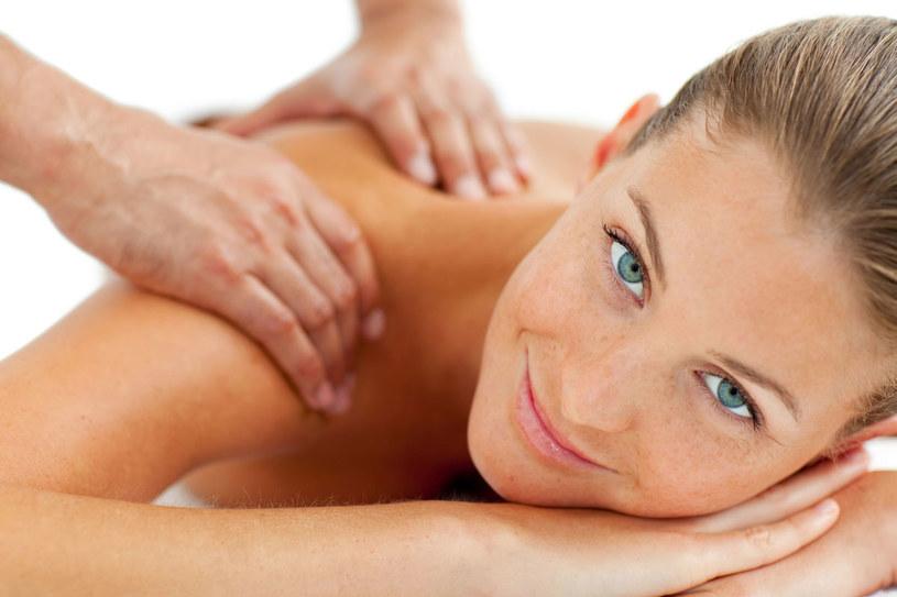 Intensywnego masażu, który ma rozluźnić mięśnie całego ciała, nie można wykonywać w pośpiechu. Masz mało czasu? Wybierz krótszy zabieg, np. tylko na plecy /123RF/PICSEL