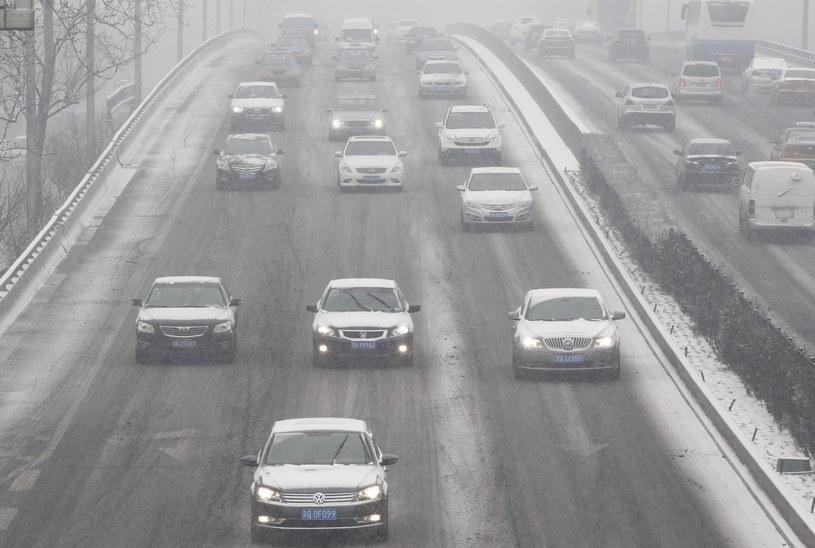 Intensywnie padający od środy śnieg doprowadził do zablokowania kilku krajowych dróg. /ROLEX DELA PENA    /PAP