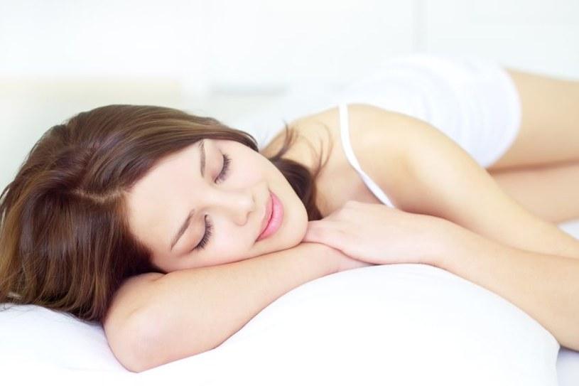 Intensywność oświetlenia w sypialni wpływa na przyszłą tuszę /123RF/PICSEL