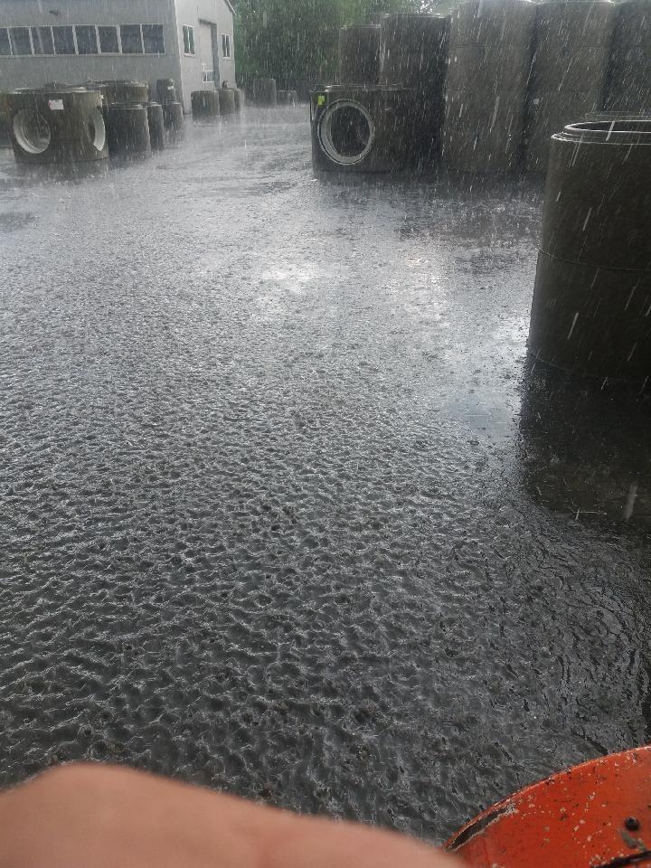 Intensywny deszcz w Krzeszowicach /Gorąca Linia RMF FM /Gorąca Linia RMF FM