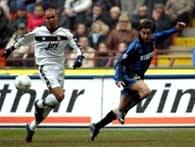 Inter - Parma 2:0. Piłka po uderzeniu Alvaro Recoby (z prawej) mija Matteo Ferrari