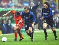 Inter - Valencia 1:1. Strzelec gola dla gości Rufete (z lewej) atakowany przez Simicia