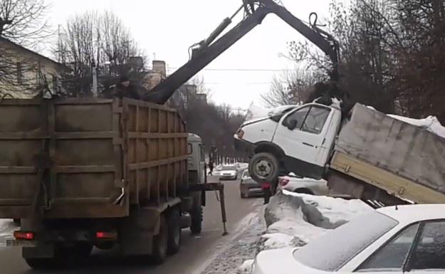 Interesująca metoda usuwania samochodów z parkingów /
