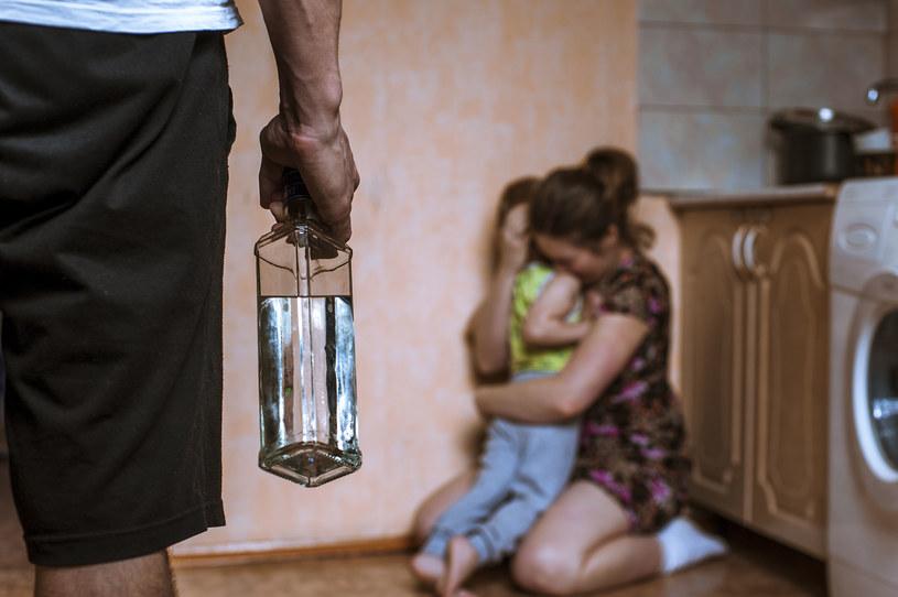 """""""Interesuje mnie w rodzinie moment przejścia - kiedy to, co wymarzone i szczęśliwe, przeradza się w koszmar"""" /123RF/PICSEL"""