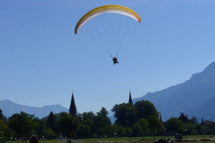 Interlaken jest świetnym miejscem do lotów paralotnią /INTERIA.PL