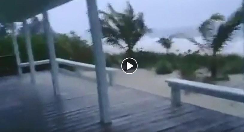 Internauci ostrzegają przed huraganem, publikując widea w mediach społecznościowych /Rich Roberts /AFP