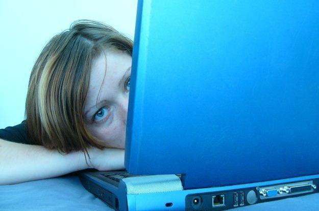 Internet może uratować kogoś przed popełnieniem samobójstwa  fot. Elena Buetler /stock.xchng