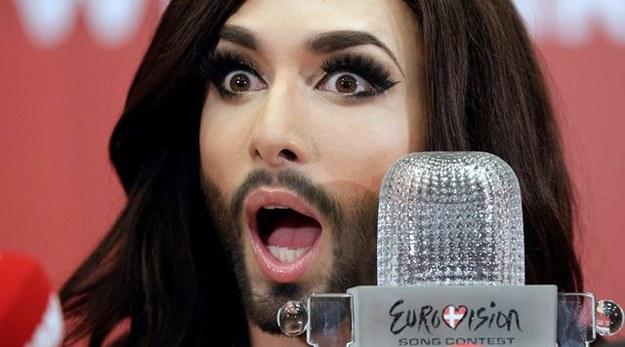 Internet śmieje się z kobiety z brodą [MEMY]