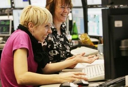 Internet to ulubiona rozrywka wszystkich pracowników biurowych /AFP