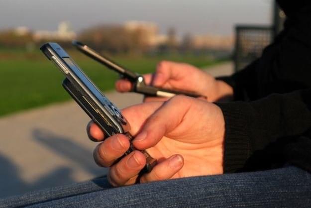Internet w komórce staje się w naszym kraju coraz popularniejszy Fot. Sanja Gjenero /AFP