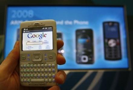 Internet w komórce to już nie luksus, tylko przydatne rozwiązanie /AFP