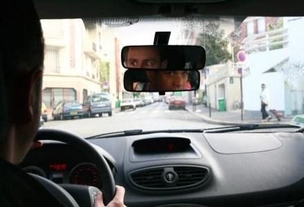 Internet w samochodzie nie może rozpraszać uwagi kierowcy /AFP