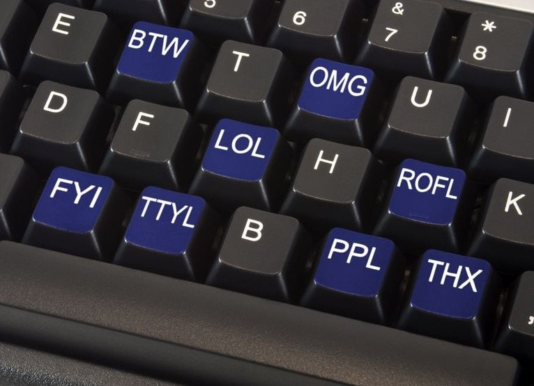 Internetowe akronimy są dziś częścią naszego języka. Posługujemy się nimi na co dzień /123RF/PICSEL