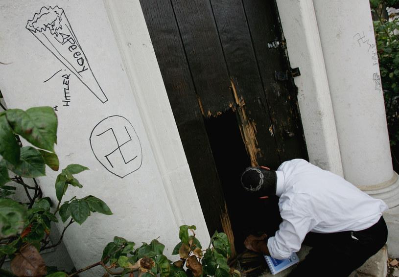 Internetowe przejawy agresji i nienawiści często wychodzą poza sieć. Na zdjęciu: zdemolowane groby żydowskie w Londynie /Graeme Robertson /Getty Images