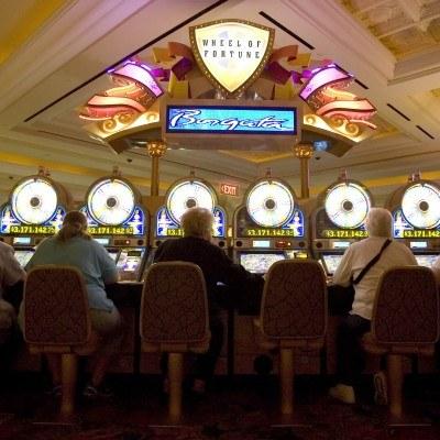Interpretacja fiskusa może oznaczać, że kasyna będą płaciły podatek i składki ZUS od kwot napiwków /AFP