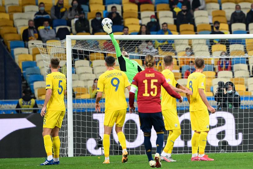 Interwencja Heorhija Buszczana po uderzeniu Sergio Ramosa /SERGEI SUPINSKY /AFP