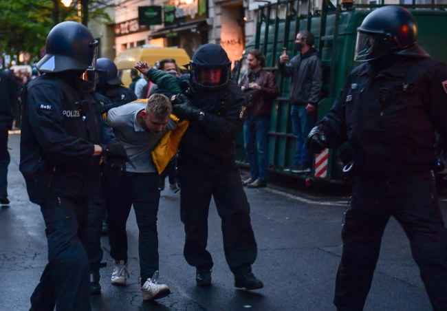 Interwencja policji podczas marszu w Berlinie /FILIP SINGER /PAP/EPA