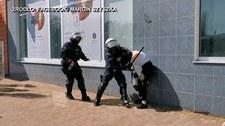 Interwencja policji podczas protestu w Głogowie. Młoda kobieta powalona na ziemię