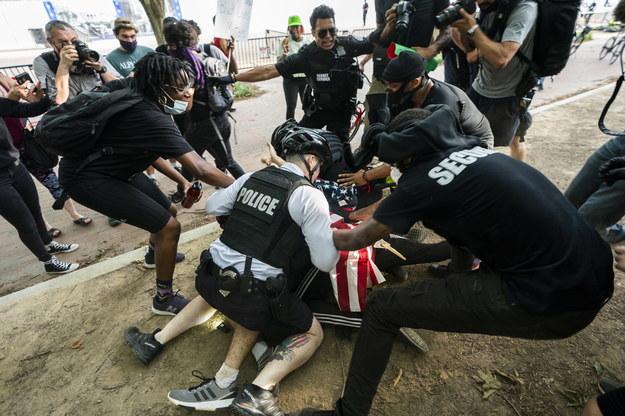 Interwencja policji w czasie protestu przed Białym Domem /JIM LO SCALZO /PAP/EPA