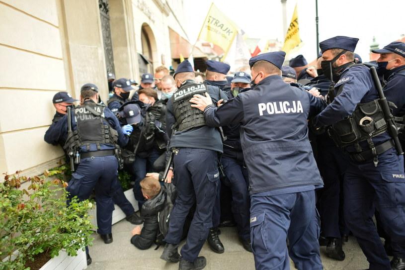 Interwencja policji w trakcie tak zwanego strajku przedsiębiorców na placu Zamkowym w Warszawie / Marcin Obara  /PAP
