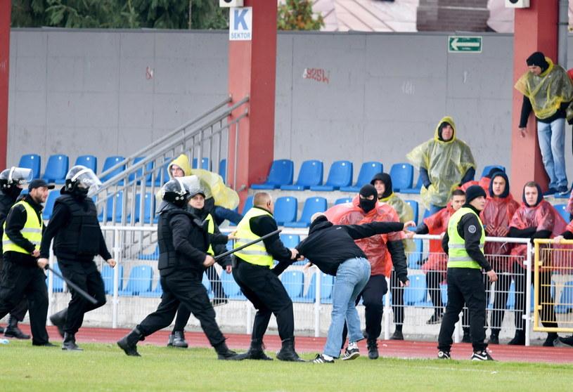 Interwencja służb porządkowych w trakcie meczu Wisły Sandomierz z Koroną Kielce / Piotr Polak    /PAP