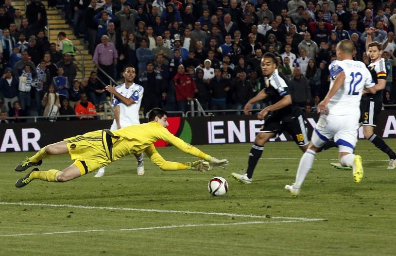 Interwencja Thibauta Courtoisa w meczu z Izraelem /AFP