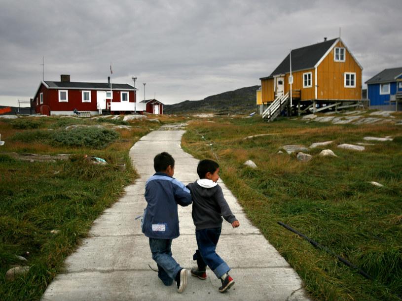 Inuici mieszkają dziś w murowanych domach z centralnym ogrzewaniem, mają bieżącą wodę  /Getty Images/Flash Press Media