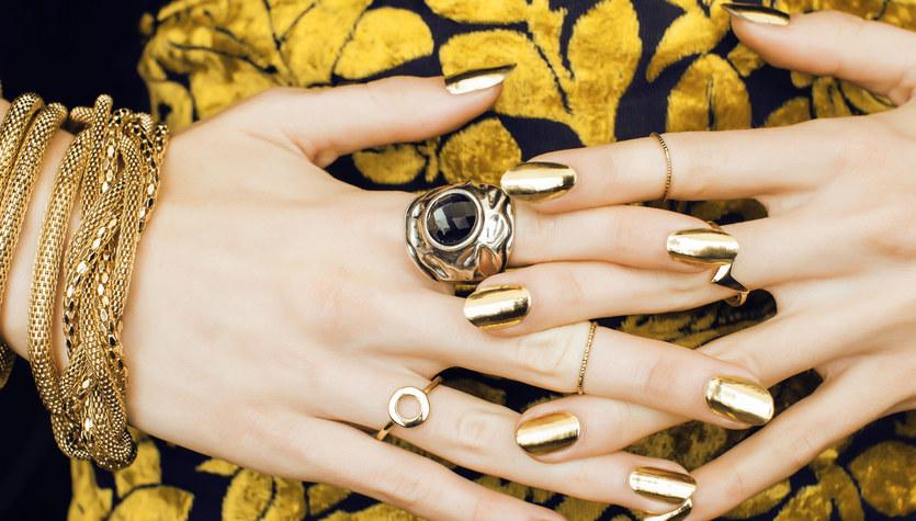 Inwestuj w złoto. Modne paznokcie wiosna 2021