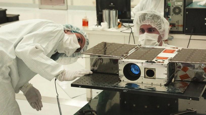 Inżynierowie NASA pracujący nad satelitą ASTERIA /NASA