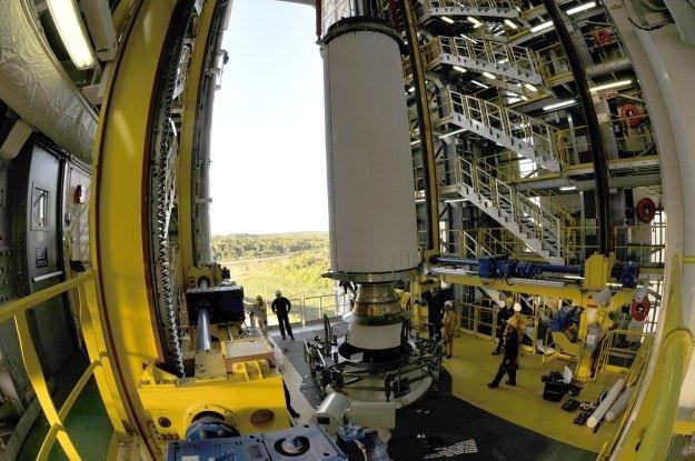 Inżynierowie ustawiają wyrzutnie na platformie startowej.   Fot. ESA /Internet