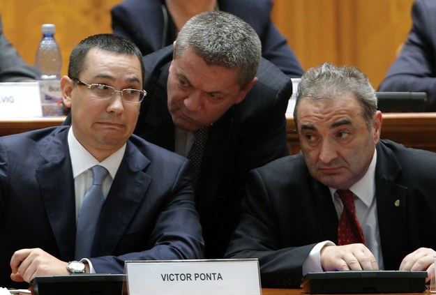 Ioan Rus (w środku) podał się do dymisji /ROBERT GHEMENT /PAP/EPA