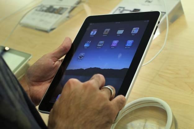 iPad - nie ma konkurencji. Dosłownie, bo na rynku są dwa tablety na krzyż /AFP