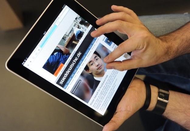 iPad oraz iPhone to najpopularniejsze modele urządzeń mobilnych, za pomocą których internauci łączą się z siecią /AFP