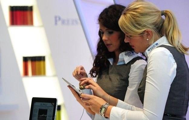 iPad poszedł w kierunku elektronicznych czytników książek, stając się platformą do e-czytania /AFP