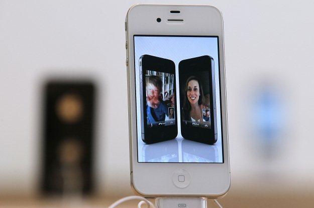 iPhone 4 - supermodny, naprawdę dobry i ze świetnym systemem. Ale  także drogi i z ograniczeniami /AFP