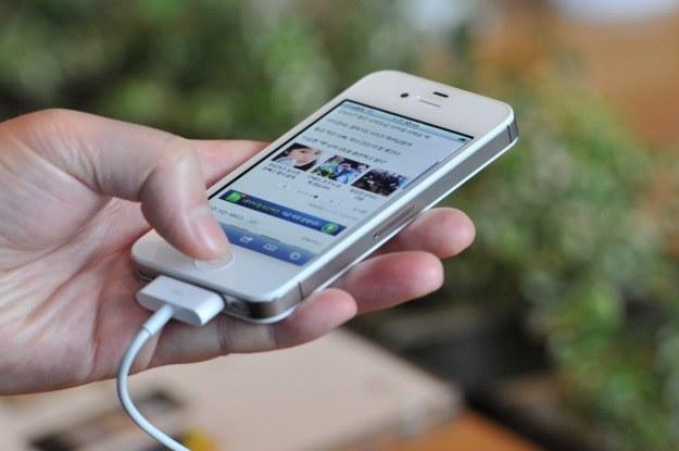 iPhone 4s z iOS 6.1 przysparza niemałe problemy /AFP