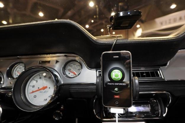 iPhone na pokładzie samochodu - bliżej iCar raczej już nigdy nie dojedziemy /AFP