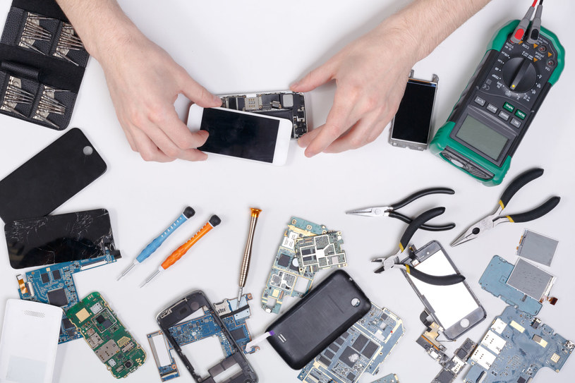 iPhone nie jest tani - próba naprawy smartfona w nieodpowiednim miejscu nie jest wskazana /123RF/PICSEL