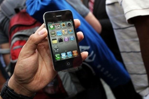 """iPhone """"z Zachodu""""? Teraz będzie go można oficjalnie naprawić w kraju /AFP"""