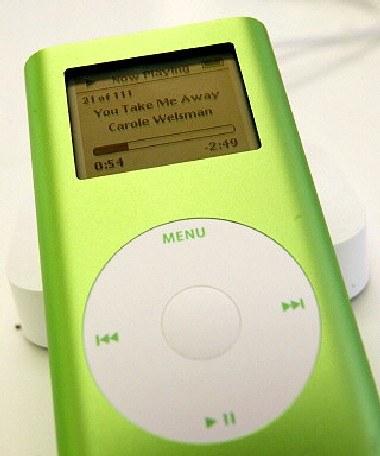 iPod - najpopularniejszy przenośny odtwarzacz muzyki cyfrowej /AFP