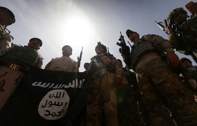 Iraccy żołnierze z flagą IS/ zdj. ilustracyjne /SAFIN HAMED / AFP /AFP