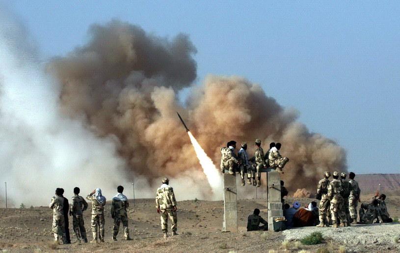 Irackie wojsko poinformowało w środę, że 22 pociski rakietowe spadły w nocy na bazę Ain Al-Asad na zachodzie kraju oraz na bazę w Irbilu na północy. /STRNGER /PAP/EPA